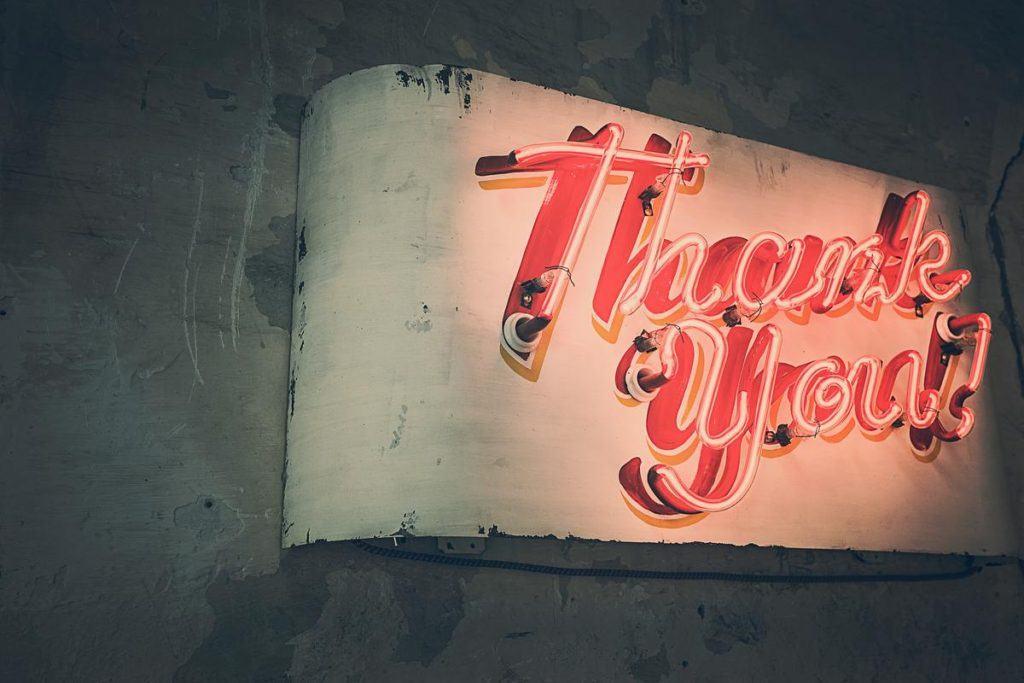 """Lad os lige bøje det i neon: """"Tak, fordi du læste med"""""""
