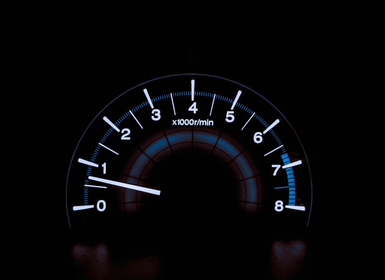 Et speedometer, som illustrerer, hvor vildt hurtigt og nemt du kan skrive overskrifter med de her 21 skabeloner.