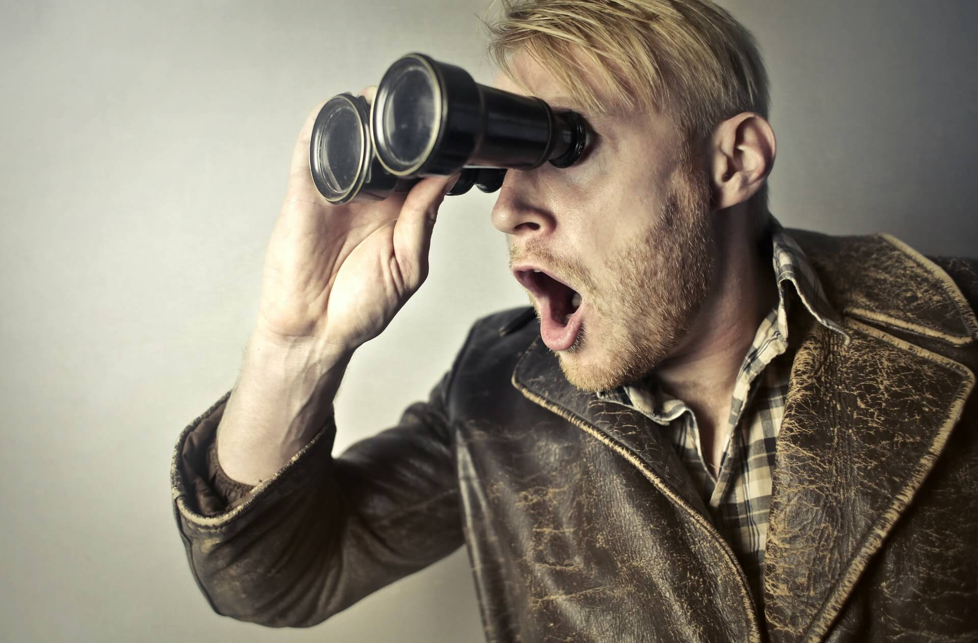 Et foto af en mand, der spejder efter købs-knappen.