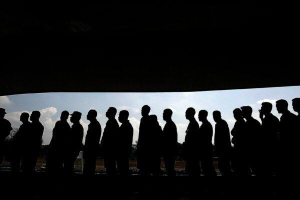 Foto af folk, der står i kø.